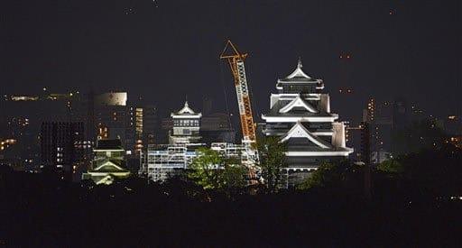 夜の闇にくっきり熊本城 熊本地震4年で終夜ライトアップ---熊本日日新聞