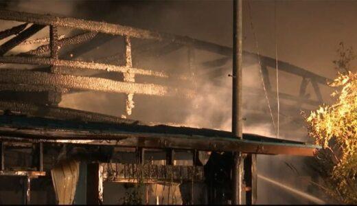 「風呂から煙」住宅と車庫全焼 4人暮らし 住民避難し無事